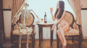 หลอนกันไปทั้งบาง!! ช่างภาพชาวเวียดนามจับนางแบบ เปลือยกาย ถ่ายแบบกับโครงกระดูก