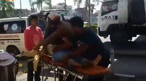 ประทับใจ! ชาวบ้านแห่ชื่นชม ตำรวจจราจร สภ.ท่าศาลา ช่วยเหลือผู้ป่วย