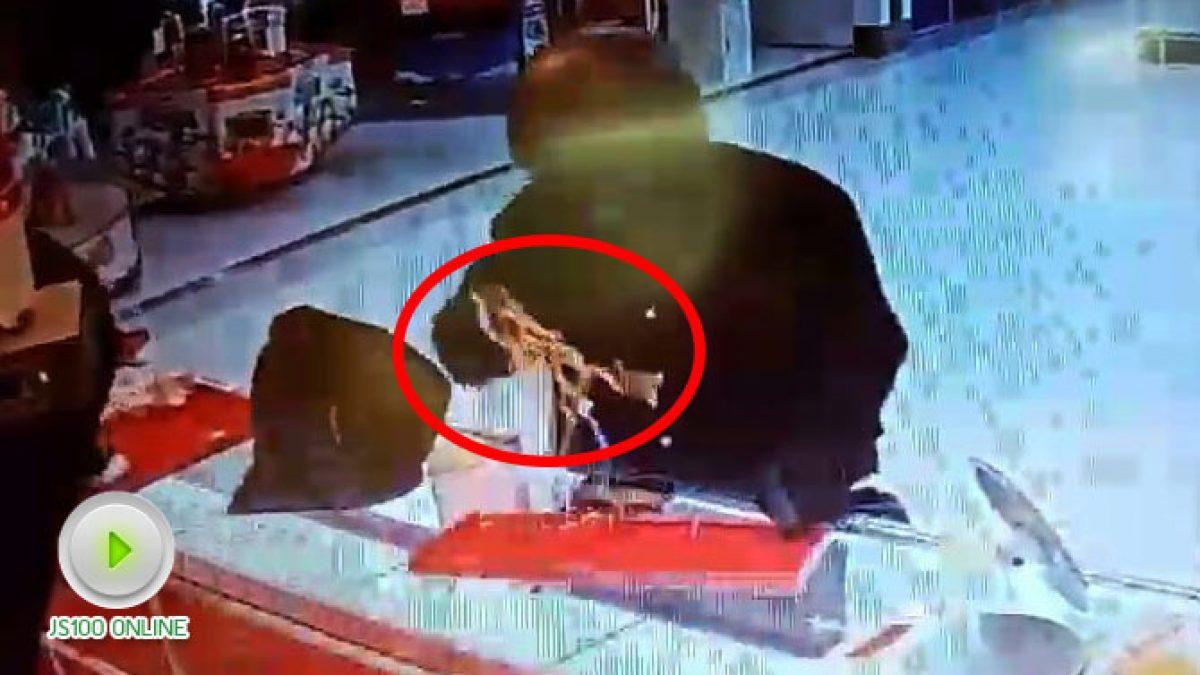 คนร้ายปล้นทรัพย์ร้านทองในห้างโลตัสชลบุรี ได้ทองคำไปกว่า 500 บาท (22-11-2560)
