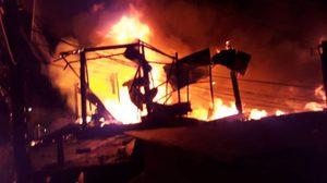 ระทึกกลางดึก!! ไฟไหม้ชุมชนวัดคูหาสวรรค์วอดกว่า 20 หลัง