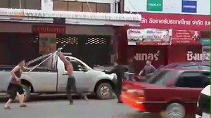 ช็อตเด็ด! นาทีตำรวจบุกรวบหนุ่มเมากาว หลังกำลังจะขโมยรถ