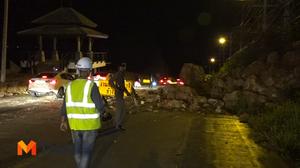 หินภูเขาบน 'เกาะสมุย' ถล่มขวางถนน จนท.ใช้เครื่องจักรเคลียร์พื้นที่