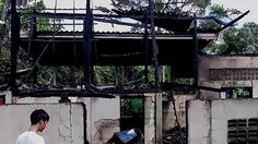 ไฟไหม้บ้านครึ่งไม้ครึ่งปูนกลางสวนผลไม้ จ.จันทบุรี วอดทั้งหลัง