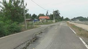 ถนนริมแม่น้ำยมคลองน้ำหัก จ.สุโขทัย ทรุดตัวยาวกว่า 300 ม.