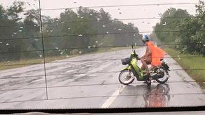 เร่งล่าชายโรคจิต โชว์ช่วยตัวเองกลางสายฝน