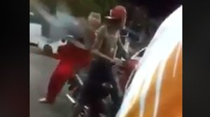 ว่อนเน็ต!! คลิปกลุ่มอาสารุม ทำร้ายวัยรุ่นหนุ่มถอดเสื้อขี่จักรยานยนต์