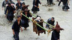 เทศกาลแห่สุนัข ตามความเชื่อโบราณของหมู่บ้านแม้ว ในมณฑลกุ้ยโจว ประเทศจีน