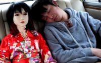 หนุ่มจีนขี้เหงา ดูแลตุ๊กตายางเหมือนลูกสาว อยู่กินกับตุ๊กตายางถึง 7 ตัว