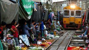 ตลาดร่มหุบ ตลาดน่าหวาดเสียวที่สุดในโลก