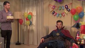 จะเกิดอะไรขึ้น!? เมื่อ Dr. Strange ไปงานวันเกิดเด็ก ๆ ที่บ้านของ Jimmy Kimmel