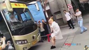 แข็ง(แกร่ง)!! ยอด กังฟู ชาวจีน ใช้กระปู๋ลากรถบัสหนัก 18 ตัน ไปไกลหลายเมตร