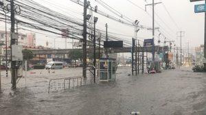 เมืองโคราชอ่วม! น้ำท่วมถนนปริ่มทางเท้าทำรถติด หลังฝนตกอย่างหนัก