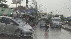 กรุงเทพฯอ่วม ฝนถล่มน้ำท่วมขังบางพื้นที่ รถติดสะสม