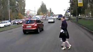 แม่จูงลูกข้ามถนน รถชนปลิวกระเด็น