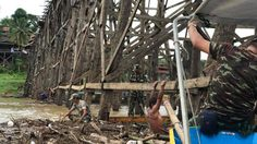 น้ำป่าพัดเศษไม้ซากขยะ ติดเต็มใต้สะพานมอญ ชาวบ้าน-จนท.เร่งกำจัดป้องกันสะพานถล่ม !!
