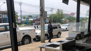 เถียงกันสนั่น! สาวจอดรถขวางทางออกหัวร้อน หลังโดนจวกว่า 'มักง่าย'