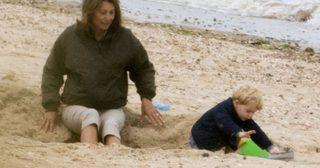 น่ารักไม่ไหวแล้ว ! มาแอบดูวันพักผ่อนกลางหาดทรายของท่านยายและเจ้าชายจอร์จกัน