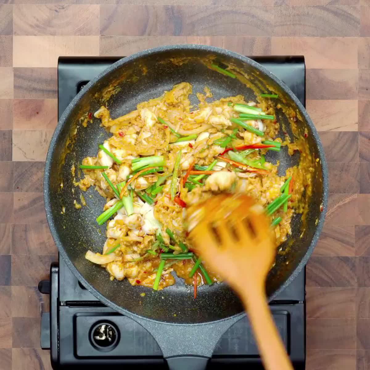 """วิธีทำ บะหมี่ราดปูผัดผงกะหรี่ กินข้าวกัน by """"แม่อ้อ"""""""