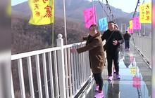 นักท่องเที่ยวแห่ชมสะพานกระจกแห่งใหม่ในจีน