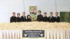 กลุ่มตรีเพชร ส่งมอบดอกไม้จันทน์ จำนวน ๗,๙๙๙ ดอก ถวายความอาลัยแด่รัชกาลที่ ๙