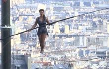 นักไต่ลวดสาวโชว์ผาดโผนในกรุงปารีส