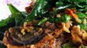 เมนู ผัดกระเพราไข่เยี่ยวม้า เผ็ดร้อนสมุนไพรไทย