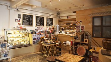 """""""MIKI ZAKKA CAFE"""" ร้านน่านั่งกับคอนเซ็ปต์ร้านด้วยโลโก้เจ้ากระรอกน้อยหน้าแป้น"""