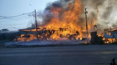 ระทึก! ไฟไหม้ร้านค้าไม้พาเลส ริมถนนบางปะอิน-อยุธยา วอด 4 คูหา