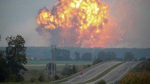 ระทึก ! เหตุระเบิดลูกใหญ่ ไฟไหม้คลังแสงฐานทัพในยูเครน