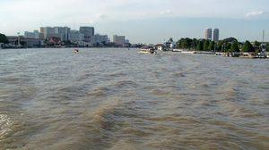 กทม. แจ้งชาวบ้านริมแม่น้ำเจ้าพระยา ยกของขึ้นที่สูง รับน้ำทะเลหนุน