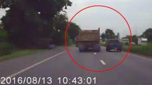 คลิประทึกนาทีรถพ่วงเบียดกระบะตกข้างทาง !!
