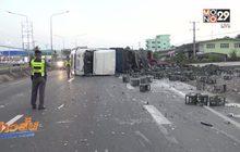 รถบรรทุกโซดาพลิกคว่ำกลางถนนเพชรเกษม