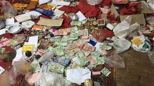 ค้นกุฎิเจ้าอาวาสวัดดัง เมืองคอน พบเงินปะปนกับเศษขยะจำนวนมาก