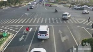 หนุ่มจีนหัวใส!! หลังวาด ลูกศร บนถนนด้วยตัวเอง เพื่อให้เดินทางกลับบ้านได้ง่ายขึ้น