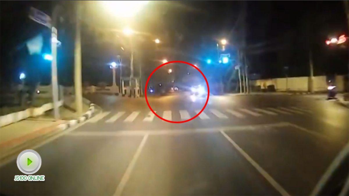 จยย. ฝ่าไฟแดงพุ่งใส่รถบรรทุกกลางสีแยกแยกเกษะโกมล(14-11-60)