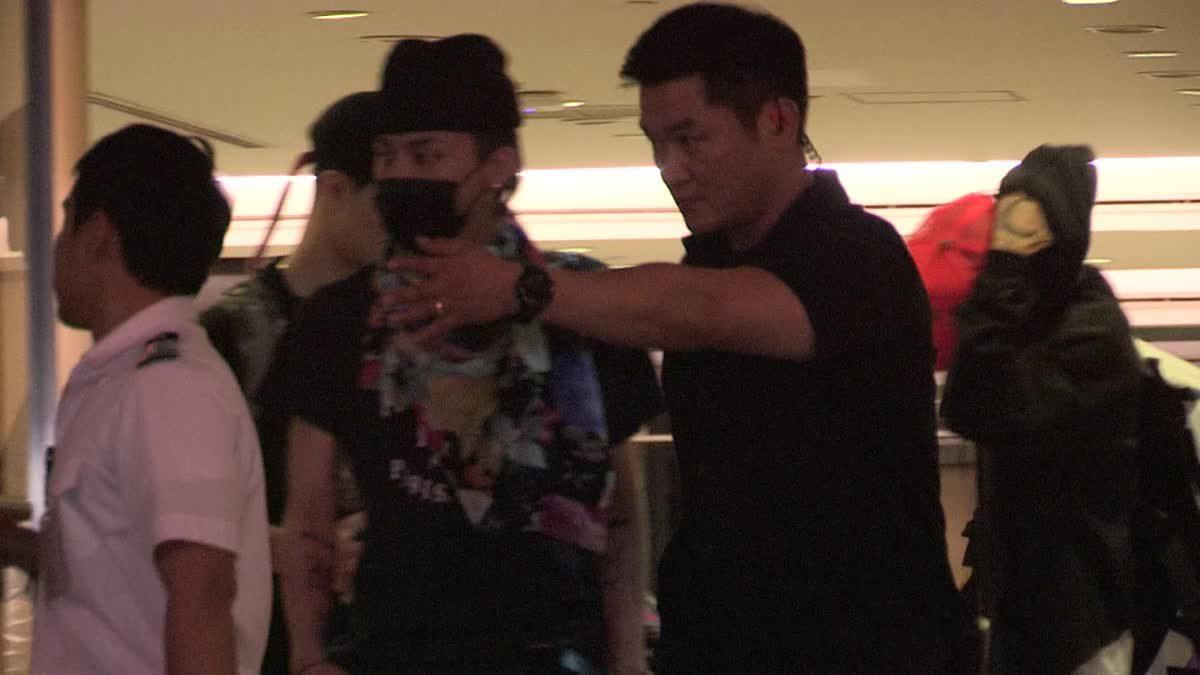 G-DRAGON ถึงเมืองไทยแล้ว! ด้วยแฟชั่นสนามบินสุดปัง!!