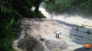 น้ำป่าทะลักล้นน้ำตกพรหมโลก เตือนชาวบ้านรับมือน้ำท่วม