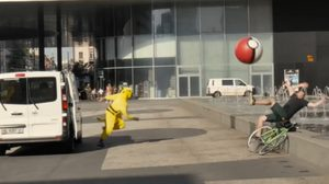 พิกาจูอาละวาด!! รวมพวกออกขว้าง Poke Ball ยักษ์ใส่คนเล่น Pokemon Go ฮากระจาย