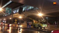 ฝนถล่มหนักทำแผ่นหลังคาสถานีรถไฟฟ้าสายสีม่วงหลุด เจ้าหน้าที่เร่งซ่อมแซม