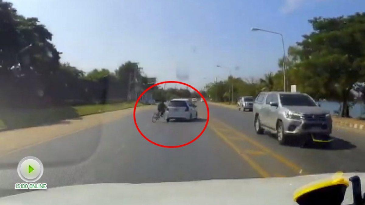 ปั่นจักรยายนต้องชิดซ้ายไว้นะครับ อย่าตัดหน้ารถใครแบบนี้ (13-11-60)