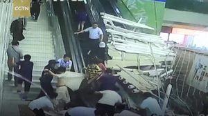 คลิปนาทีชีวิต  ฝ้าเพดานถล่มทับฝูงชนในจีน บาดเจ็บหลายราย