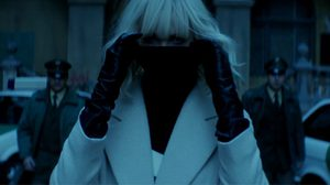 ชาร์ลิซ เธอรอน เปิดเพลงสร้างบรรยากาศ ก่อนอาละวาดใส่ตำรวจไม่ยั้ง ในคลิปล่าสุดจาก Atomic Blonde