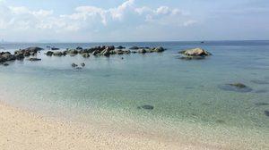 ขยี้ตาแรงๆ  น้ำทะเลที่บางแสนใสสะอาด จนเห็นเม็ดทราย และโขดหิน