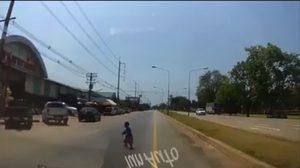 ระทึก! นาทีชีวิตเด็กวิ่งออกมากลางถนน โชคดีคนขับมีสติเบรคทัน