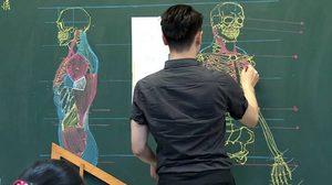 สะกดสายตานักเรียน ครูชาวไต้หวันวาดอนาโตมีบนกระดานดำฝีมือขั้นเทพ