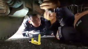 ชื่นชม! ตำรวจจราจรโครงการฯ ลงทุนมุดเข้าไปปลดล็อคเบรครถเมล์