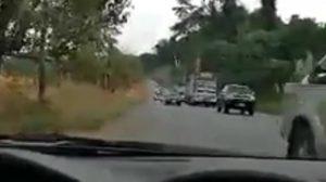 หนุ่มไม่ทนบรรยายสภาพจราจร ถูกรถแซงขวาเบียด จนเกือบตกข้างทาง