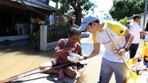 """""""สิงห์อาสา"""" พร้อมนักศึกษาในโครงการ ลุยน้ำท่วมกรุงเก่า มอบน้ำดื่ม-ข้าว ให้ผู้ประสบภัย"""