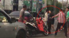 คลิปกลุ่มคนรุมทำร้ายหนุ่มขับเก๋ง หลังทนไม่ได้ทำร้ายผู้หญิงเจ็บ