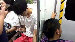 ได้ใจคนทั้งโลก! หนุ่มจีนก้มหน้าเล่นมือถือ แต่มอบน้ำใจสุดงามให้ผู้พิการ